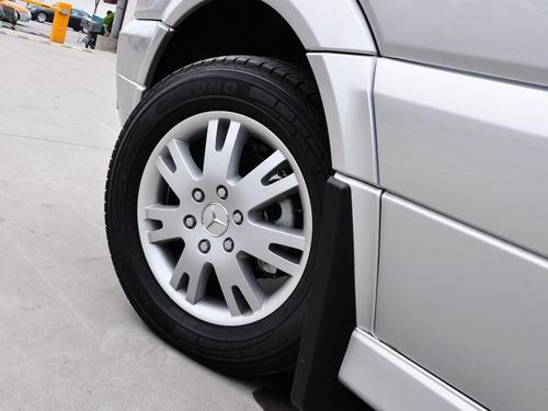 打开车门后,下部的门槛会自动弹出,直通车顶的巨大车门可以让后排尊贵的乘客不必弯腰低头就能从容进入后部车厢。