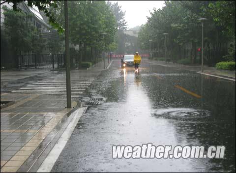 26日清晨,北京出现降雨,局地雨势较大摄影:鹃子