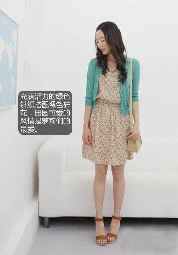 绿色针织开衫搭配裸色印花连衣裙,配上同色系的复古公文包,美丽实用
