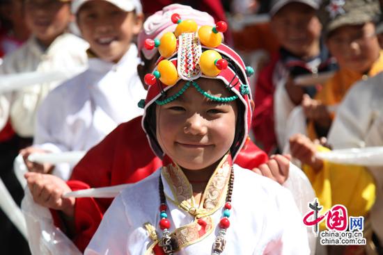 高清:最可爱的玉树孩子 藏族学生跳舞超级萌