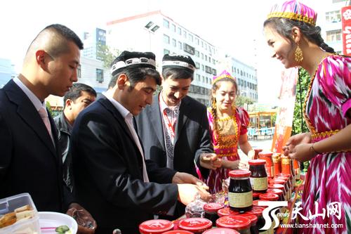 穆斯林群众在街上购买肉孜节物品