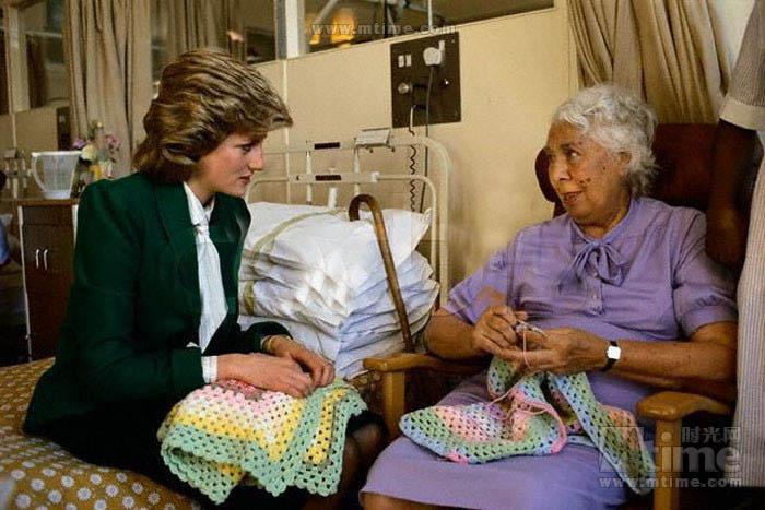 王妃飞往饱受战乱之苦的非洲安哥拉雷区,会见了南非前总统曼德拉