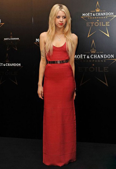 英国著名摇滚乐明星鲍勃·盖尔多夫(Bob Geldof ) 之女、It Girl皮驰斯·盖尔多夫(Peaches Geldof)身着简单的红色连身裙,闪亮的腰带搭配得很妙。