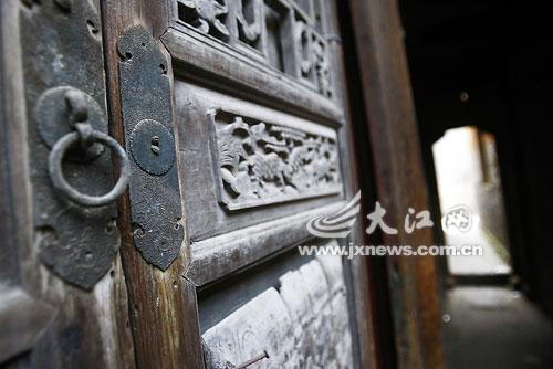 """古代建筑都实行""""活动""""结构,柱子,梁,门窗均可以随时装卸."""