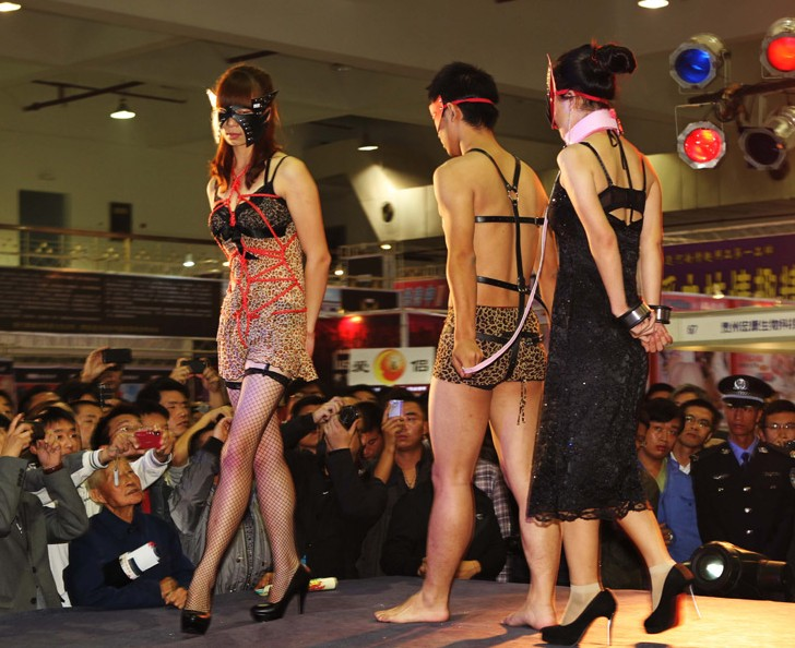 中原性文化节上演大尺度表演图 华西都市网