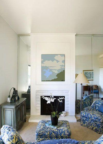 大大的落地墻面鏡將客廳風景全部倒映