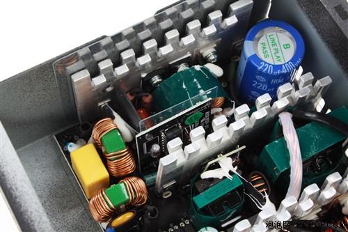 第3页:电源内部设计,用料介绍   这颗电源采用了主动式pfc cm6800