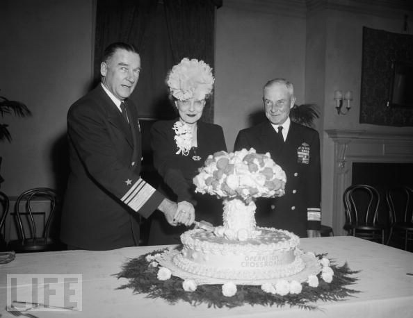 """""""十字路口行动""""(OperationCrossroads)代表着美国军队在太平洋马绍尔群岛进行的一系列原子弹试爆行动。图为1946年11月6日,行动指挥官威廉·白兰地举办一场招待会时的情景。举办方还特意将蛋糕做成了蘑菇云的形状。"""