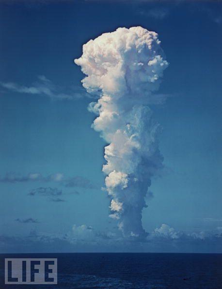 1946年7月1日,美国在太平洋比基尼岛(BikiniAtoll)进行了一次大气层核试验,图为当时核弹爆炸所产生的云烟流。随后在7月25日,美国再次在该地试爆了一颗原子弹。