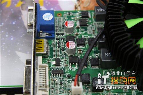 在供电方面,该款显卡采用了核心与显存独立的供电模块,用料上配备了