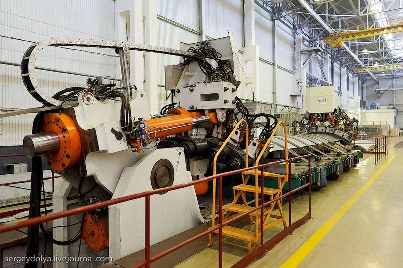 莫斯科总部将客机图纸和技术资料发给共青城制造厂,而后进行制造。苏霍伊超级-100是第一款以这种方式制造的俄罗斯客机。电子化能够让设计师和制造者节省大约两年左右的时间。该机型将逐步代替图-134、雅克-42及其他的支线飞机,并将进行出口。