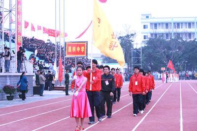 在激昂的运动员进行曲中,来自海南省各市县的29支代表队依次入场.