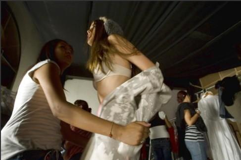 美女模特走秀后台的秘景