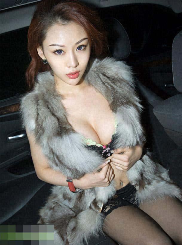 童颜巨乳美女车内换衣被偷拍 汽车频道