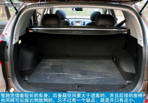 反观新奇骏的后备箱,由于略向外突出的尾部设计,为奇骏带来了出色的
