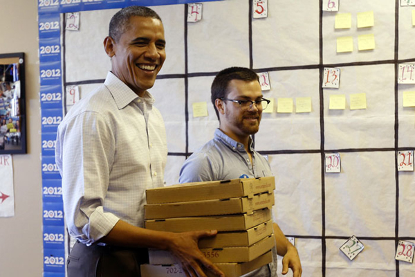 奥巴马化身送餐员 手捧比萨慰劳竞选团队志愿者