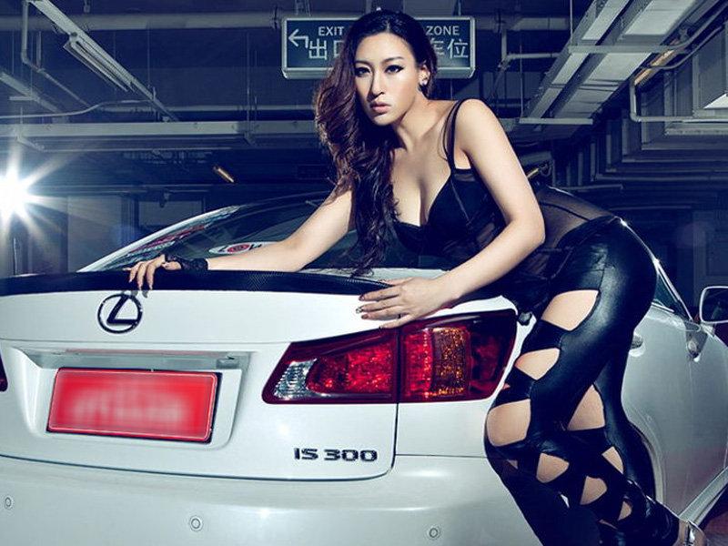 时尚美女别具一格 漏肉裤装扮让人心动 汽车频