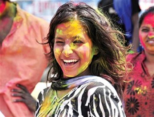 一位女子身上涂满颜料庆祝洒红