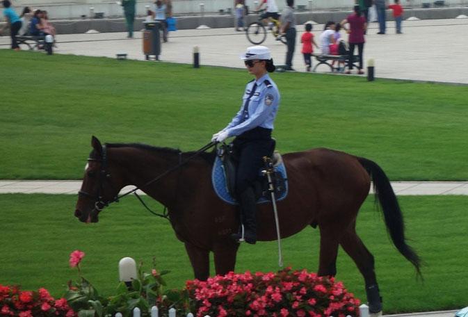大连女骑警在街头巡逻 为达沃斯论坛保驾护航