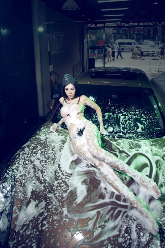 夏日激情洗车房 水乳交融美女贴身保时捷 汽车