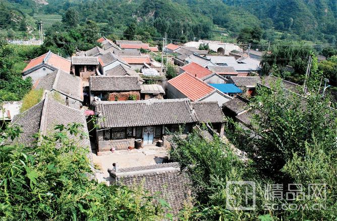 走在灵水村的乡间小路上