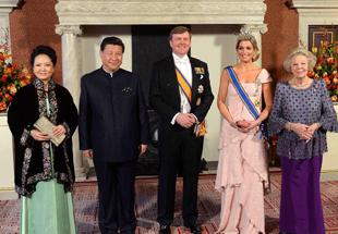 习近平彭丽媛身着中式服装赴荷兰国宴