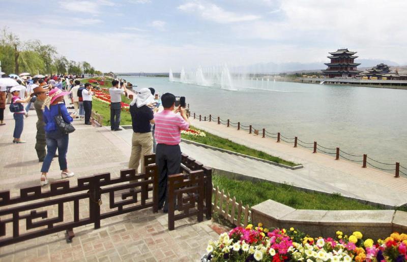总投资10亿元的嘉峪关南湖文化生态园项目,主要建设以水文化、水景观为主题的文化生态园及商业街、园区道路铺设、绿化和亮化及公共服务系统。
