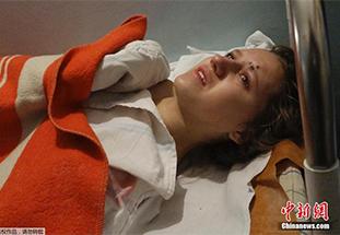 乌克兰马里乌波尔居民区遭火箭弹袭击