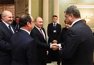 普京笑脸握手遭波罗申科冷对