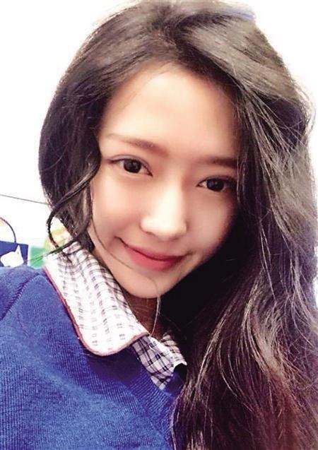 """网友评价,这名""""越南最美女大学生""""素颜的时候清纯不做作,上妆又感觉"""