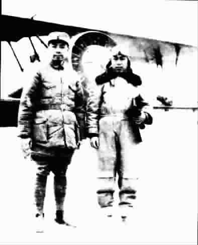 李学炎(右)用可塞式飞机送周恩来回延安后