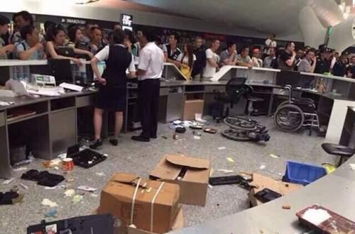航班延误 个别乘客打砸机场柜台 评深圳机场打砸事件:开飞机坐飞机