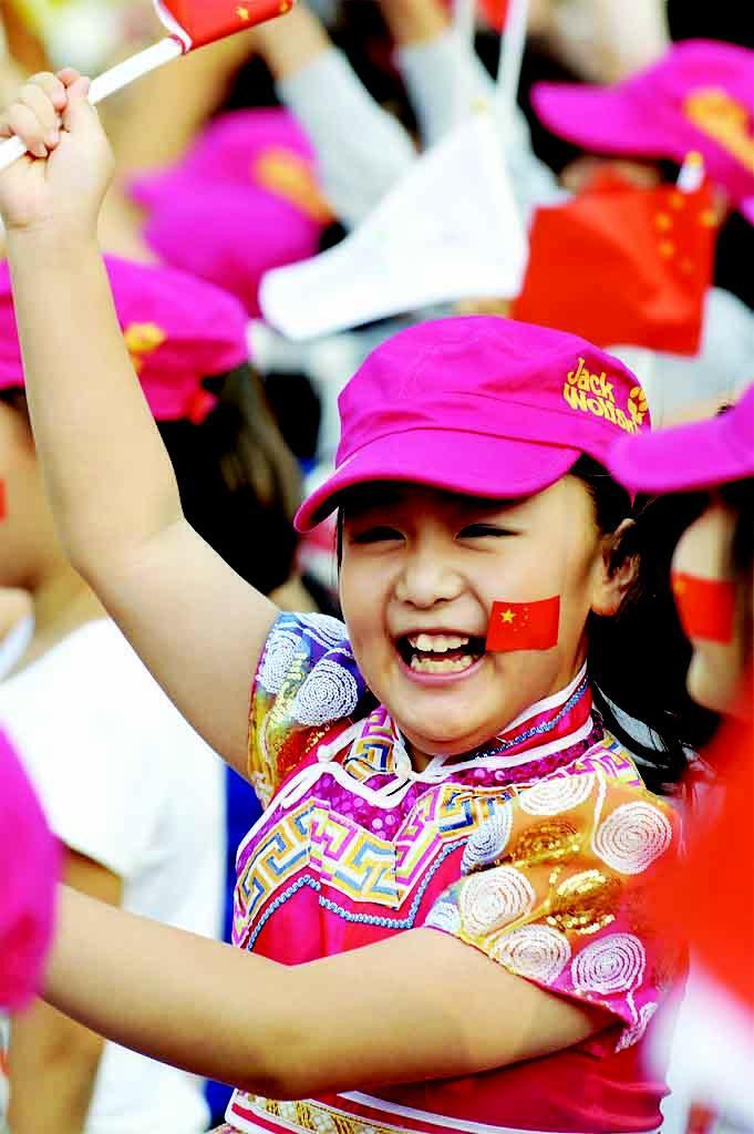 一名儿童庆祝北京携手张家口获得2022年冬奥会举办权.