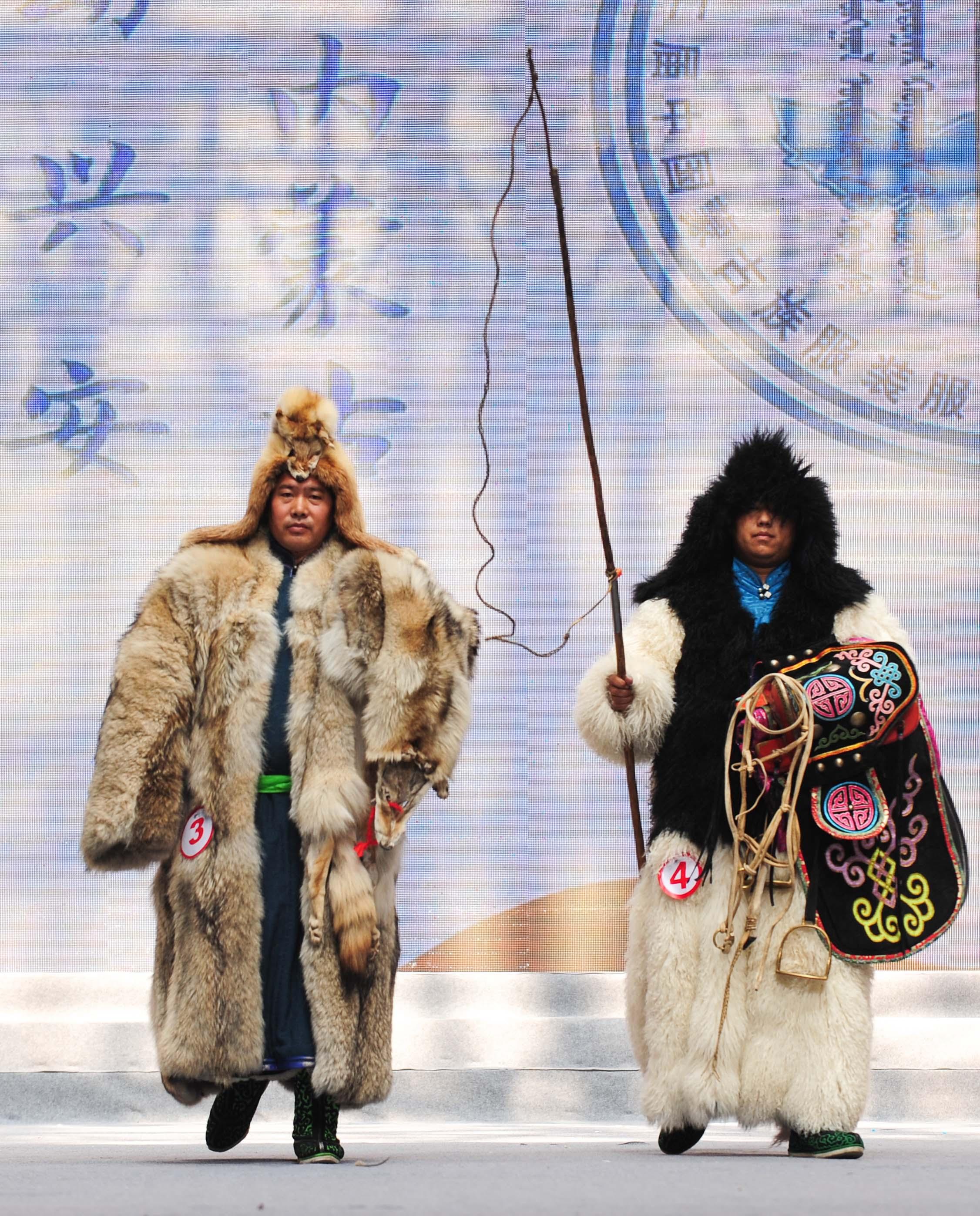 新华社照片,兴安(内蒙古),2015年9月10日 最炫民族风 9月10日,模特们在展示传统蒙古族服饰。 当日,第十二届中国蒙古族服装服饰艺术节在内蒙古乌兰浩特市进行民族服装展演比赛,1000多名模特向观众们展示2000多套富有特色的民族服饰。 新华社记者连振摄