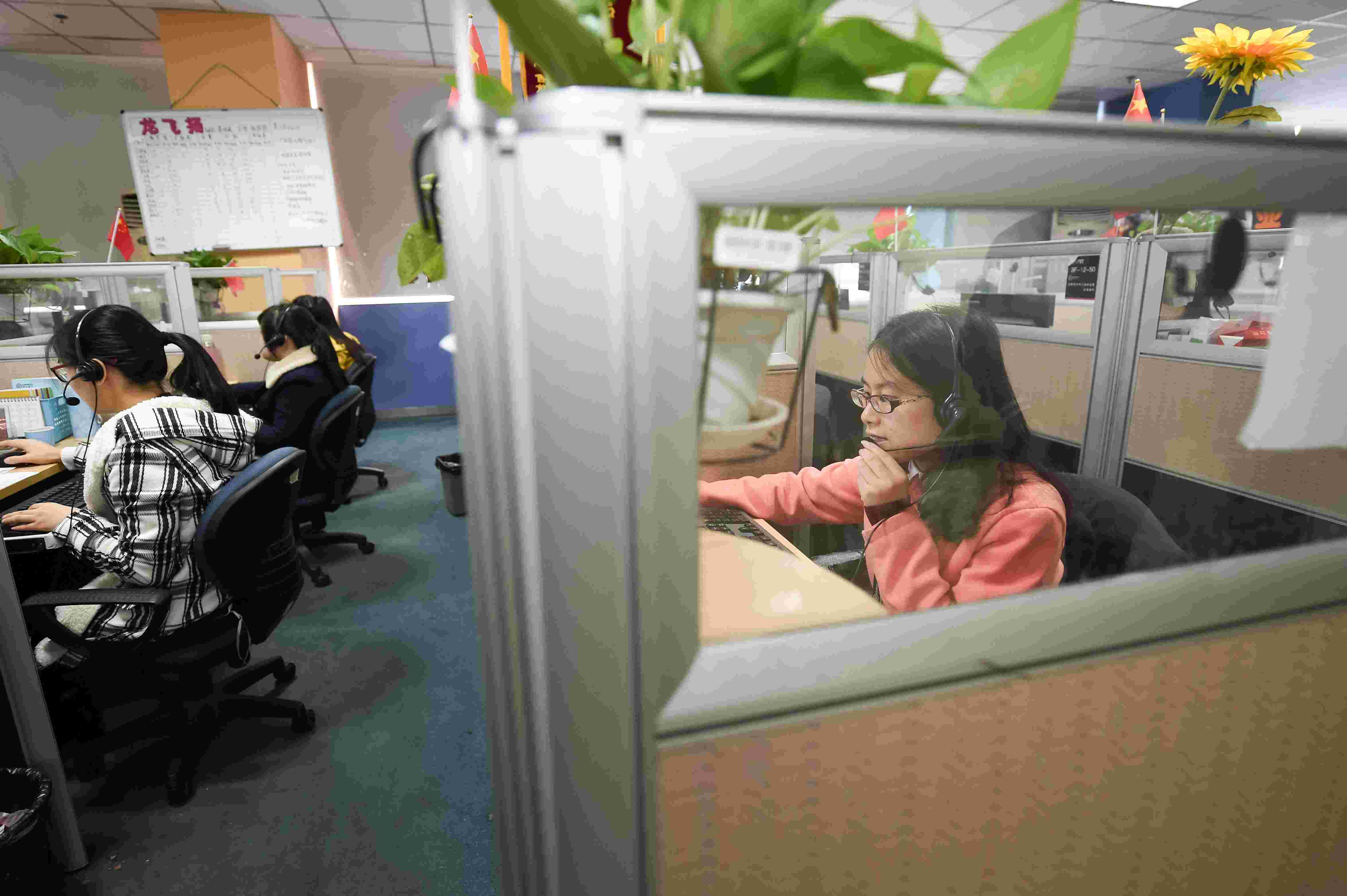 当日,顺丰速运合肥呼叫中心运营管理部内一派忙碌的景象,320名客服图片