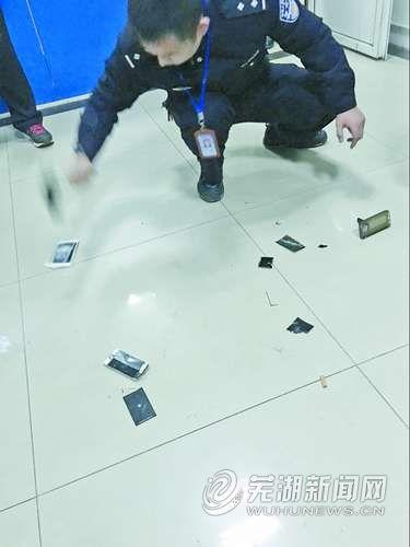 女子澡堂偷拍视频,宁某和丈夫的两部苹果手机被摔碎。