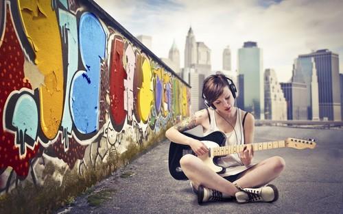 文艺范儿吉他女孩桌面壁纸