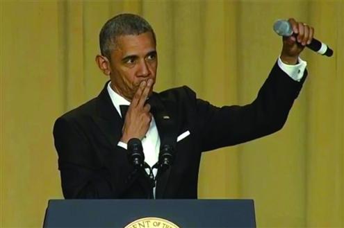 """相声表演艺术家""""美国总统奥巴马在白宫记者晚宴上进行了最后一次演讲.图片"""