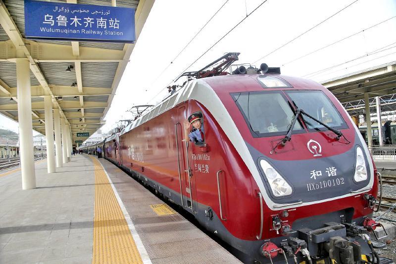 此次开行的两趟列车运行线路长,跨越省市多,列车的开行拉近了新疆与