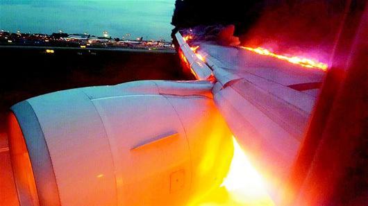 新加坡航空一架飞机在降落时起火,机上222名乘客和19名机组人员全部安全撤离,没有人员伤亡。   据报道,航班号为SQ368的波音777-300飞机,于当地时间27日凌晨2时05分离开樟宜机场,飞往米兰。大约飞行两个半小时后,由于燃料泄漏,飞机被迫回到新加坡。   当地时间27日6时50分左右,飞机降落在樟宜机场时起火。   新加坡航空称,火被机场应急服务扑灭,未造成人员伤亡。
